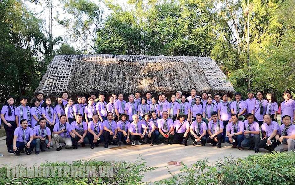 Các thành viên trong đoàn chụp ảnh lưu niệm quê ngoại của Bác tại làng Hoàng Trù. (Ảnh: Thanhuytphcm.vn)