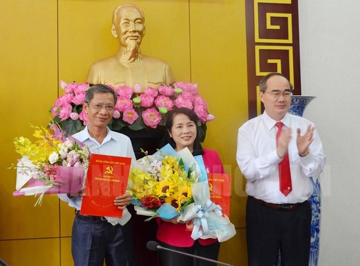 Bí thư Thành ủy TPHCM Nguyễn Thiện Nhân trao quyết định cho đồng chí Trần Kim Yến (giữa) giữ chức Bí thư Quận ủy Quận 1 vào ngày 16/3/2018. (Ảnh: Thanhuytphcm.vn)