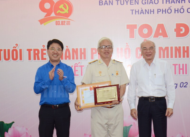 Trưởng ban Tuyên giáo Thành ủy TP Phan Nguyễn Như Khuê và Bí thư Thành đoàn Phạm Hồng Sơn trao giải Nhất cho tác giả Phạm Văn Thiệu (quậnThủ Đức).