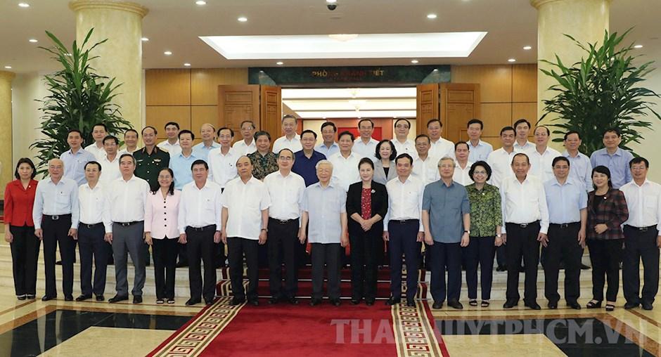 Tập thể Bộ Chính trị chụp ảnh lưu niệm với tập thể Ban Thường vụ Thành ủy TPHCM