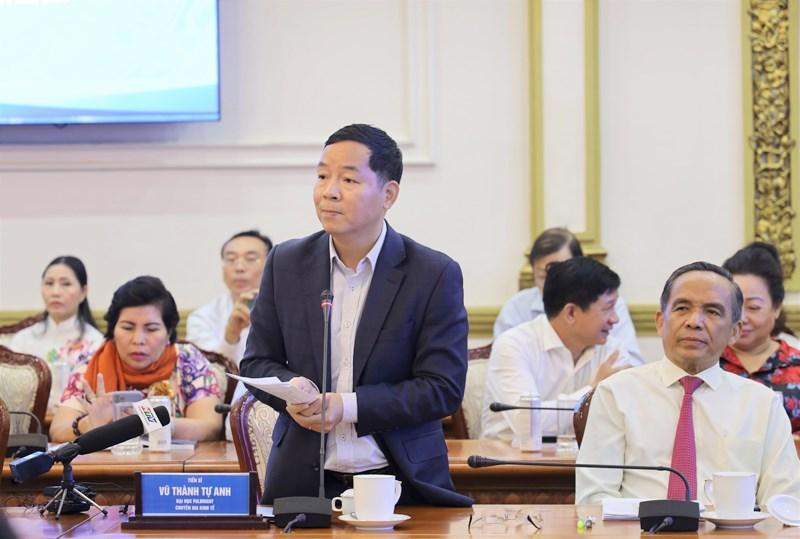 Tiến sĩ Vũ Thành Tự Anh phát biểu ý kiến tại buổi tọa đàm. (Ảnh: TTBC)