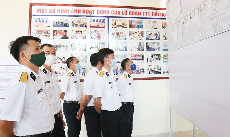 Cử tri Vùng 2 Hải quân nghiên cứu tiểu sử các ứng cử viên ứng cử đại biểu Quốc hội. (Ảnh: Quang Tiến)