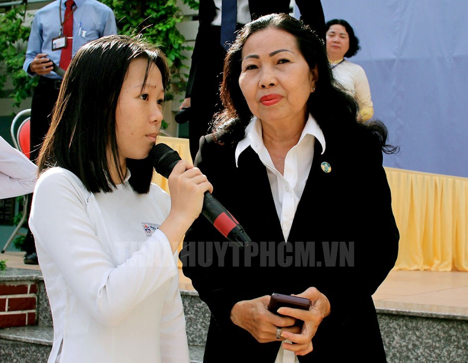 Luật sư Trần Thị Ngọc Nữ trong một buổi tuyên truyền pháp luật cho học sinh.