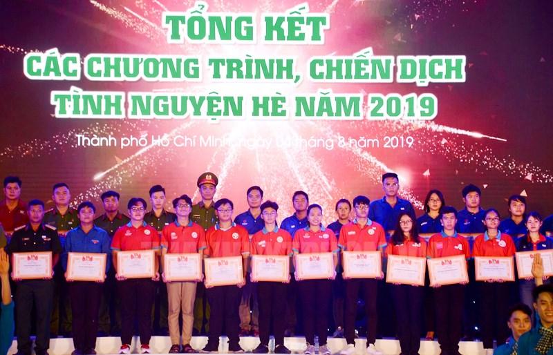 Các chiến sĩ tình nguyện nhận Bằng khen của Thành đoàn, Hội Liên hiệp Thanh niên Việt Nam TPHCM, Hội Sinh viên Việt Nam TPHCM tặng thưởng.