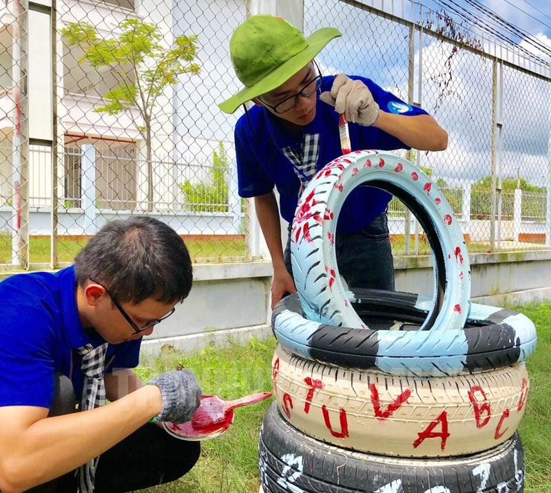 Các chiến sĩ tình nguyện tạo sân chơi cho các em thiếu nhi.