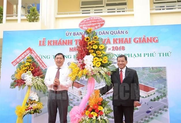 Trưởng Ban Nội chính Thành ủy Trần Thế Lưu tặng hoa chúc mừng thầy và trò Trường THPT Phạm Phú Thứ.