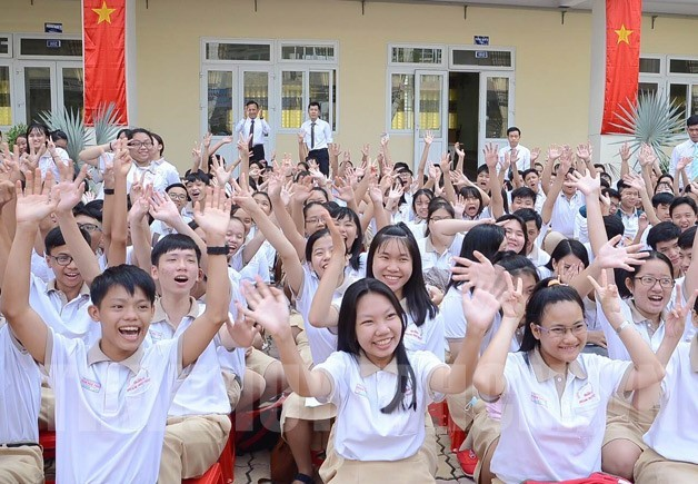 Các em học sinh vui mừng được học ngôi trường khang trang, hiện đại.