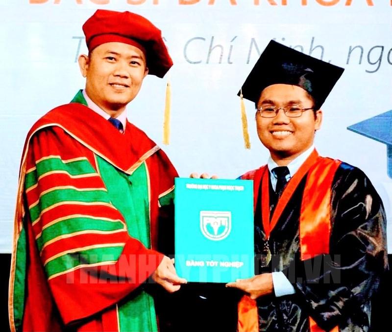 Phó Hiệu trưởng phụ trách quản lý, điều hành Trường Đại học Y khoa Phạm Ngọc Thạch Nguyễn Thanh Hiệp trao bằng tốt nghiệp cho sinh viên.