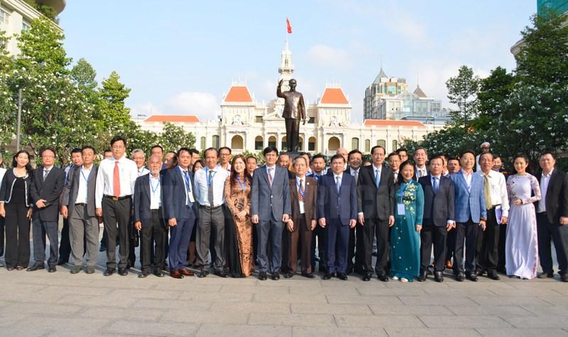 Các đại biểu chụp hình lưu niệm trước Tượng đài Hồ Chí Minh tại Công viên Tượng đài Chủ tịch Hồ Chí Minh.