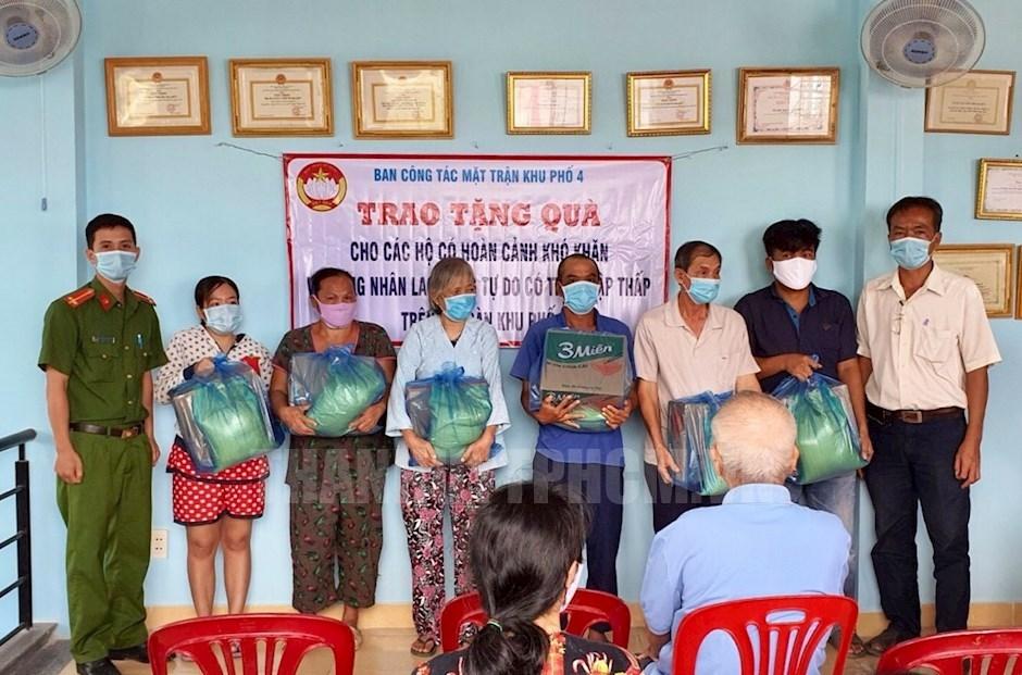 Ban Công tác Mặt trận Khu phố 4 trao quà cho những hoàn cảnh khó khăn trong mùa dịch COVID-19