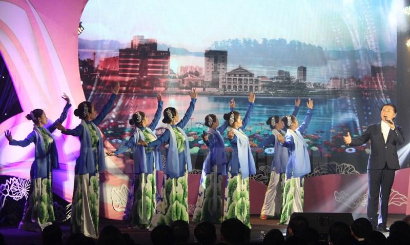 NSƯT Tạ Minh Tâm biểu diễn trong chương trình.