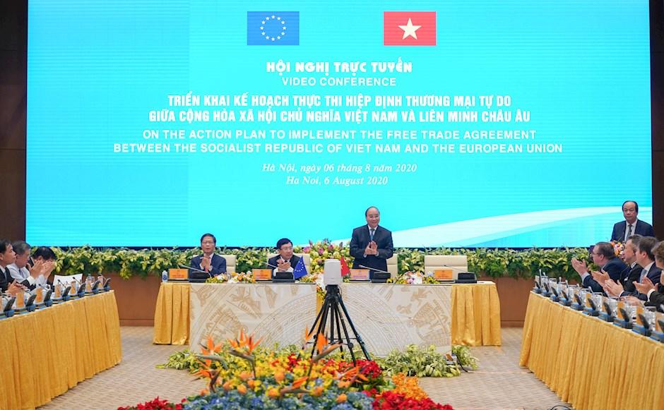 Thủ tướng Chính phủ Nguyễn Xuân Phúc chào mừng các đại biểu dự hội nghị. Ảnh: VGP