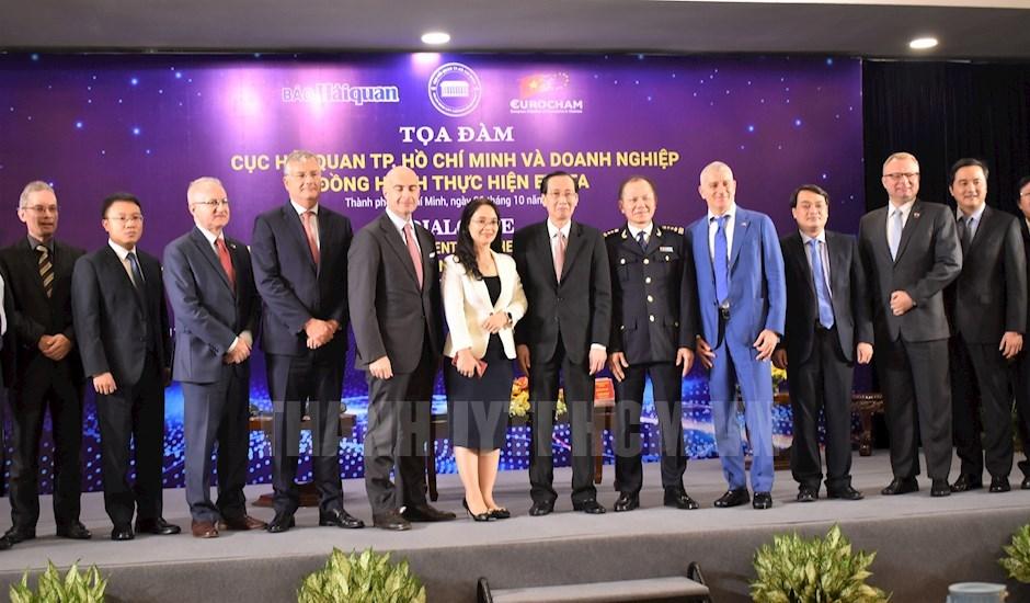 Phó Chủ tịch Thường trực UBND TP Lê Thanh Liêm chụp hình lưu niệm cùng các đại biểu tham dự tọa đàm