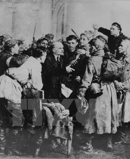 Lênin với các chiến sĩ Cách mạng trong cung điện Mùa Đông những ngày Cách mạng Tháng Mười năm 1917. (Ảnh: Tư liệu TTXVN)