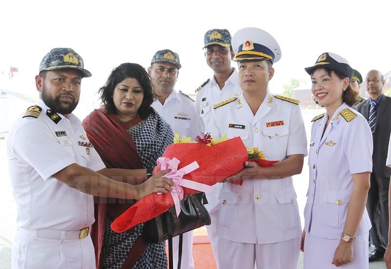 Đại tá Mai Biên Thùy, Trưởng đoàn Hải quân nhân dân Việt Nam tặng hoa Đại tá Mirza Mohammad Mehedi Hassan tại cảng.