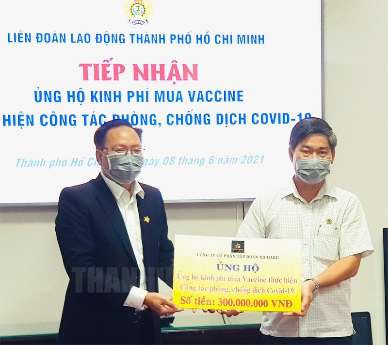 Phó Chủ tịch Liên đoàn Lao động TP Phạm Chí Tâm tiếp nhận 300 triệu đồng của Công ty Cổ phần Tập đoàn Richard ủng hộ kinh phí mua vaccine phòng chống dịch Covid-19.