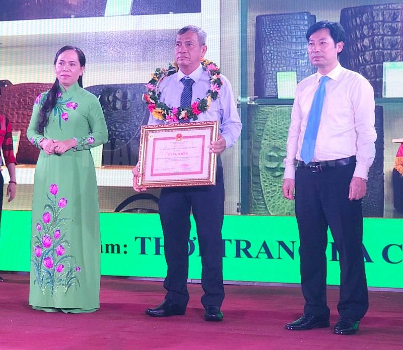Phó Chủ tịch Trung ương Hội Nông dân Việt Nam Nguyễn Xuân Định và Chủ tịch Hội Nông dân TP Nguyễn Thanh Xuân trao Bằng khen cho các tập thể.