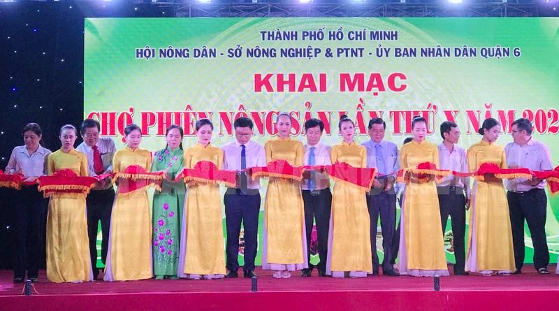 Các đại biểu thực hiện nghi thức khai mạc Chợ phiên nông sản lần thứ X năm 2020.