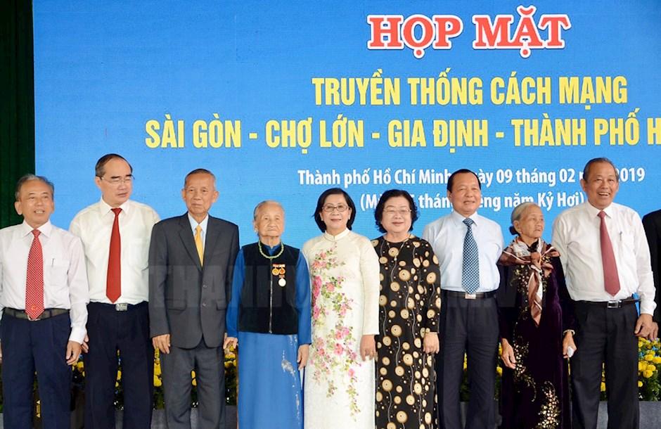 Các đại biểu chụp ảnh lưu niệm tại buổi họp mặt.
