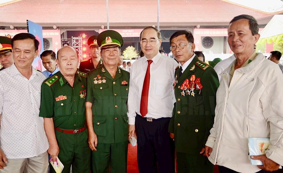 Bí thư Thành ủy TPHCM Nguyễn Thiện Nhân trao đổi với các đại biểu.