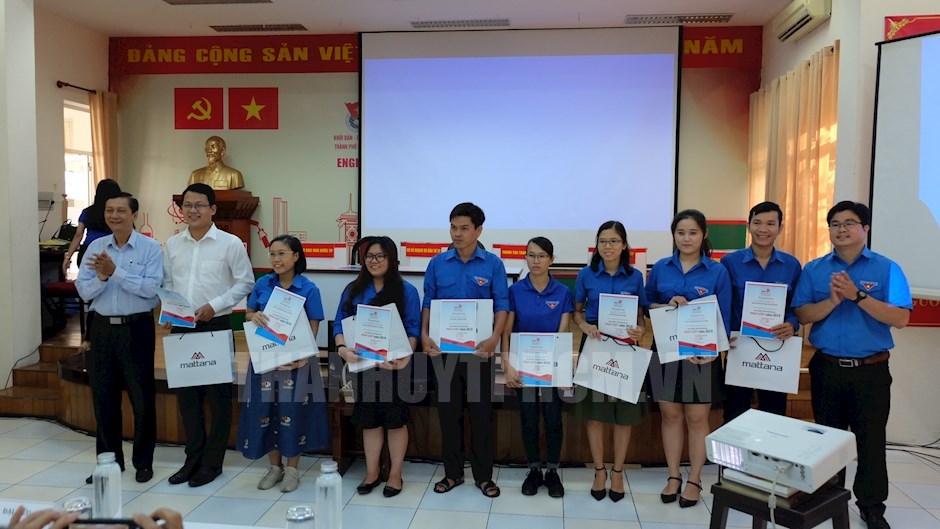 Trao quà và giấy chứng nhận cho 11 đồng chí đạt kết quả cao trong Hội thi tìm hiểu, tuyên truyền kiến thức pháp luật 2019