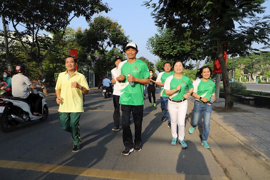 """Các đồng chí lãnh đạo huyện tham gia chạy hưởng ứng """"Ngày chạy Olympic vì sức khỏe toàn dân"""""""