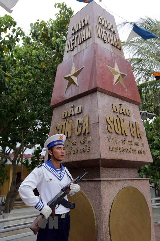 Chiến sỹ hải quân canh gác bên cột mốc chủ quyền trên đảo Sơn Ca, huyện đảo Trường Sa. (Ảnh: TTXVN)