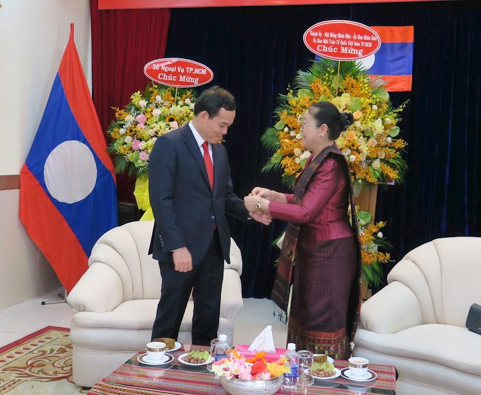 Tổng Lãnh sự Lào tại TPHCM Phimpha Keomixay thực hiện nghi thức buộc chỉ cổ tay cho Phó Bí thư Thường trực Thành ủy TPHCM Trần Lưu Quang