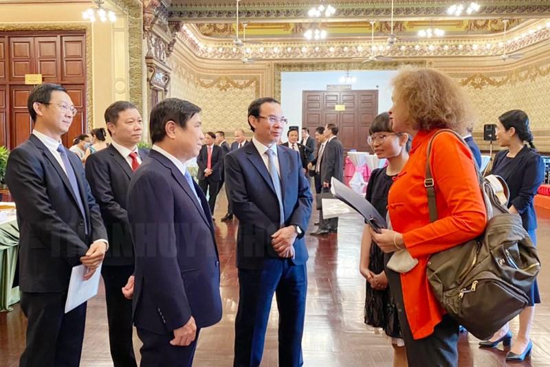 Bí thư Thành ủy TPHCM Nguyễn Văn Nên, Chủ tịch UBND TP Nguyễn Thành Phong gặp gỡ các đại biểu. (Ảnh: Thy Dương)