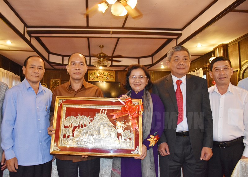 Đồng chí Thân Thị Thư tặng quà Ban Tuyên huấn Tỉnh ủy tỉnh Luang Phrabang.