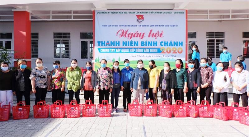 Các hộ dân được nhận phần quà gồm giỏ đi chợ, dung dịch sát khuẩn, nước rửa tay và túi rác tự huỷ.