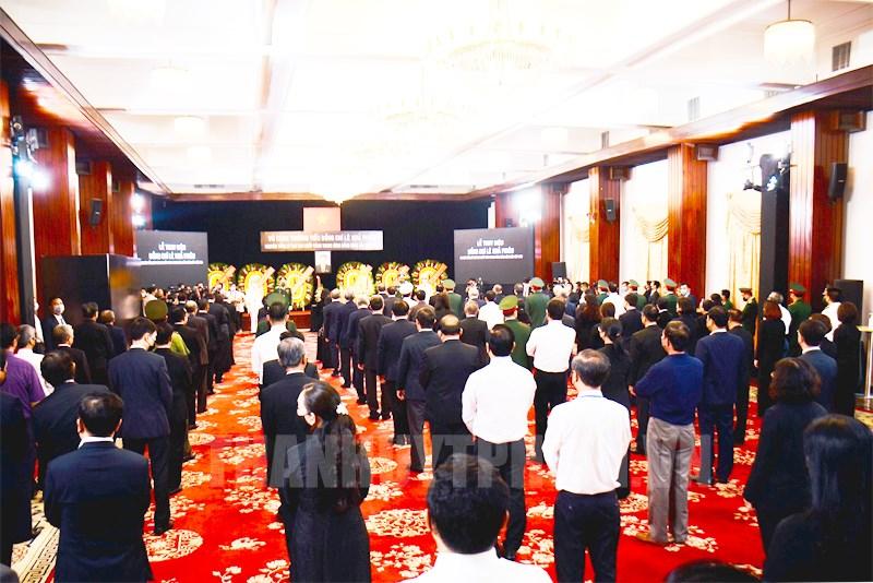 Các đại biểu thực hiện nghi thức Lễ truy điệu nguyên Tổng Bí thư Lê Khả Phiêu.