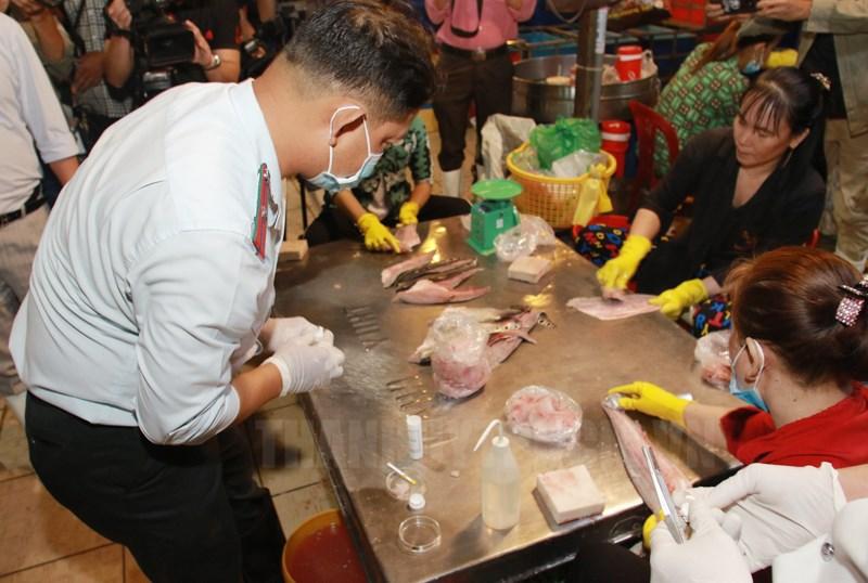 Lực lượng chức năng kiểm tra thực phẩm tại Chợ Đầu mối Bình Điền