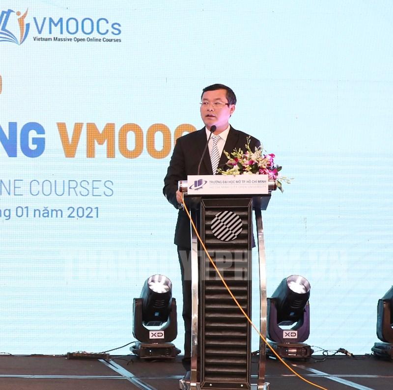 Thứ trưởng Bộ Giáo dục và Đào tạo Nguyễn Văn Phúc phát biểu tại buổi họp báo,