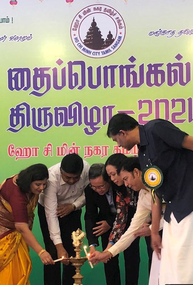 Đại biểu Việt Nam và Ấn Độ thực hiện nghi thức thắp lửa thiêng khai mạc lễ hội