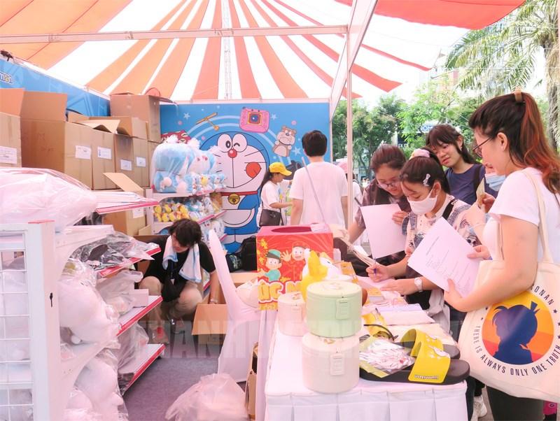 Đông đảo người dân tham quan và đăng ký tham gia hoạt động tại các gian hàng.
