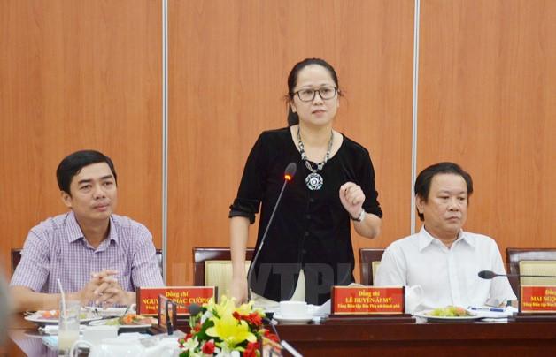Nhà báo Lê Huyền Ái Mỹ đề xuất ý kiến tại buổi gặp gỡ.