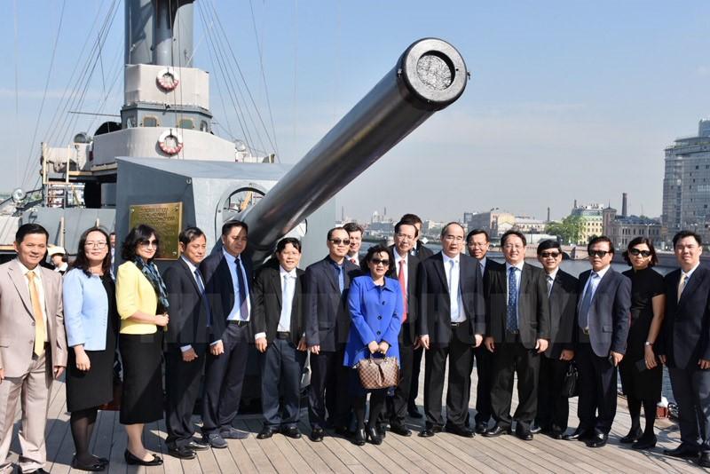 Đoàn Đại biểu TPHCM chụp ảnh lưu niệm trên Chiến hạm Rạng Đông.
