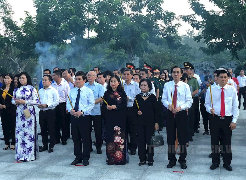 Đoàn đại biểu TPHCM và Bà Rịa – Vũng Tàu dâng hương tưởng niệm các anh hùng liệt sĩ tại nghĩa trang Hàng Dương