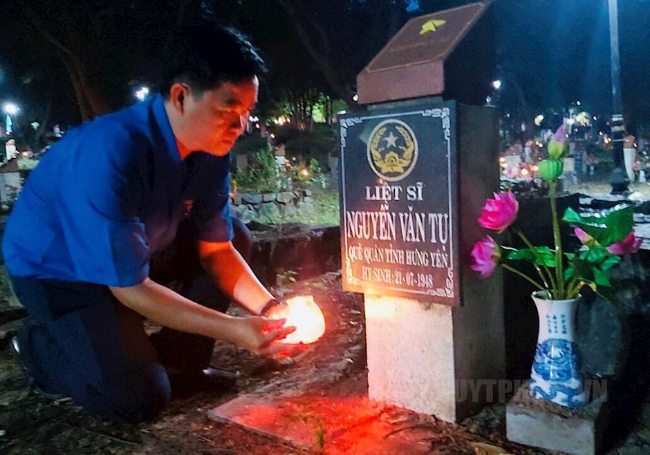 Đoàn viên, thanh niên thực hiện nghi thức thắp nến tưởng niệm các anh hùng liệt sĩ tại nghĩa trang Hàng Dương