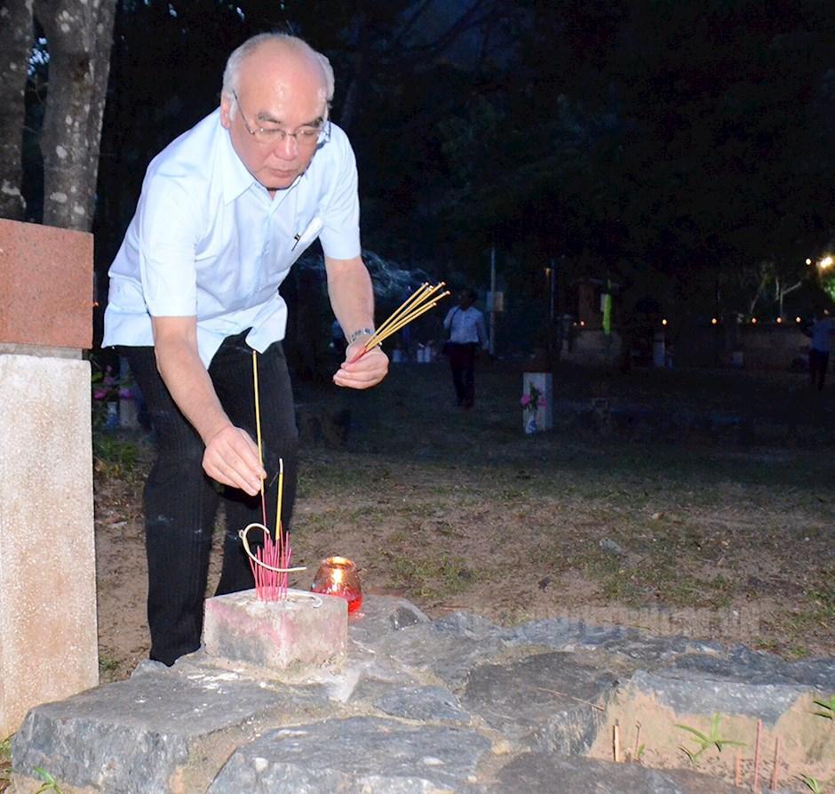Trưởng ban Tuyên giáo Thành uỷ TPHCM Phan Nguyễn Như Khuê thắp nến và dâng hương tưởng niệm các anh hùng liệt sĩ tại khu A nghĩa trang Hàng Dương
