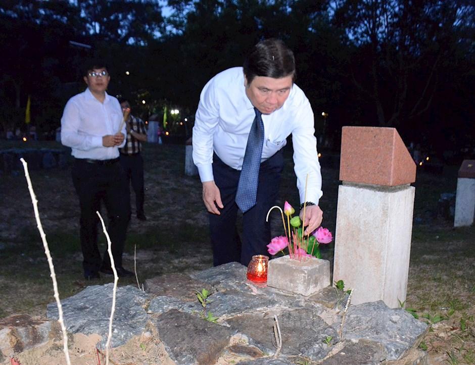 Chủ tịch UBND TPHCM Nguyễn Thành Phong thắp nến và dâng hương tưởng niệm các anh hùng liệt sĩ tại khu A nghĩa trang Hàng Dương
