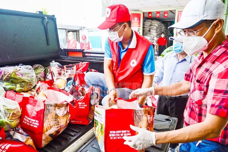Vận chuyển 400 phần quà để hỗ trợ đến bà con Hội đồng hương Bến Tre đang gặp khó khăn tại TPHCM.