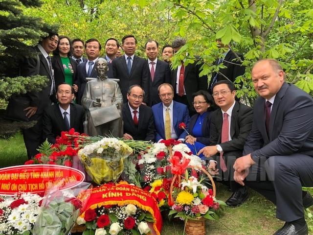 Bí thư Thành ủy Nguyễn Thiện Nhân và Đoàn chụp ảnh lưu niệm tại Tượng đài Chủ tịch Hồ Chí Minh