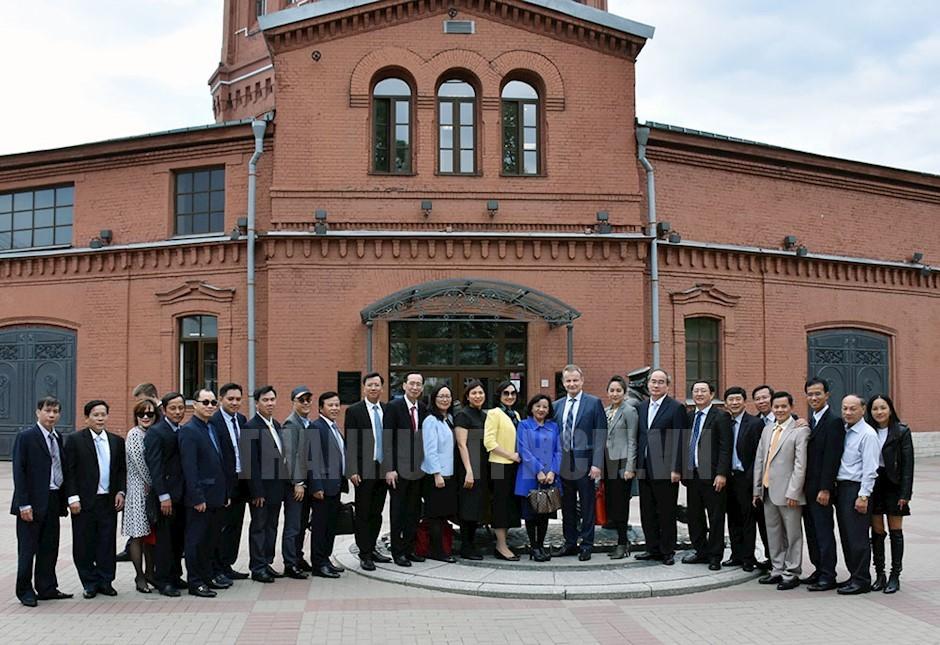 Đoàn Đại biểu TPHCM chụp ảnh lưu niệm tại Công ty Vodokanal Saint Petersburg