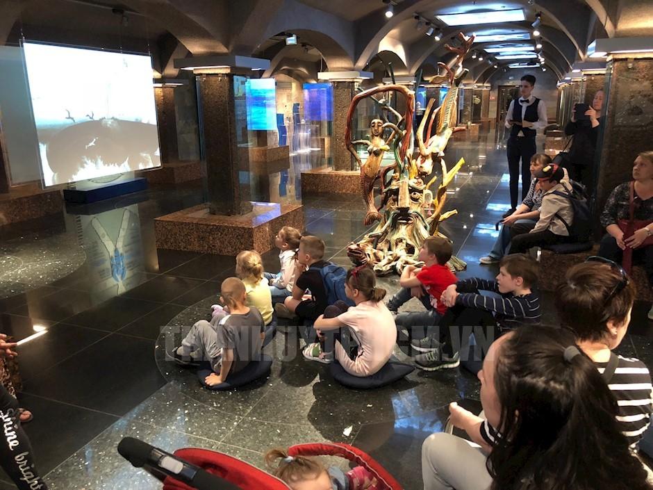 Nhiều trẻ em Nga đang chăm chú xem các video clip tại Khu phức hợp bảo tàng Vũ trụ nước và Trung tâm môi trường