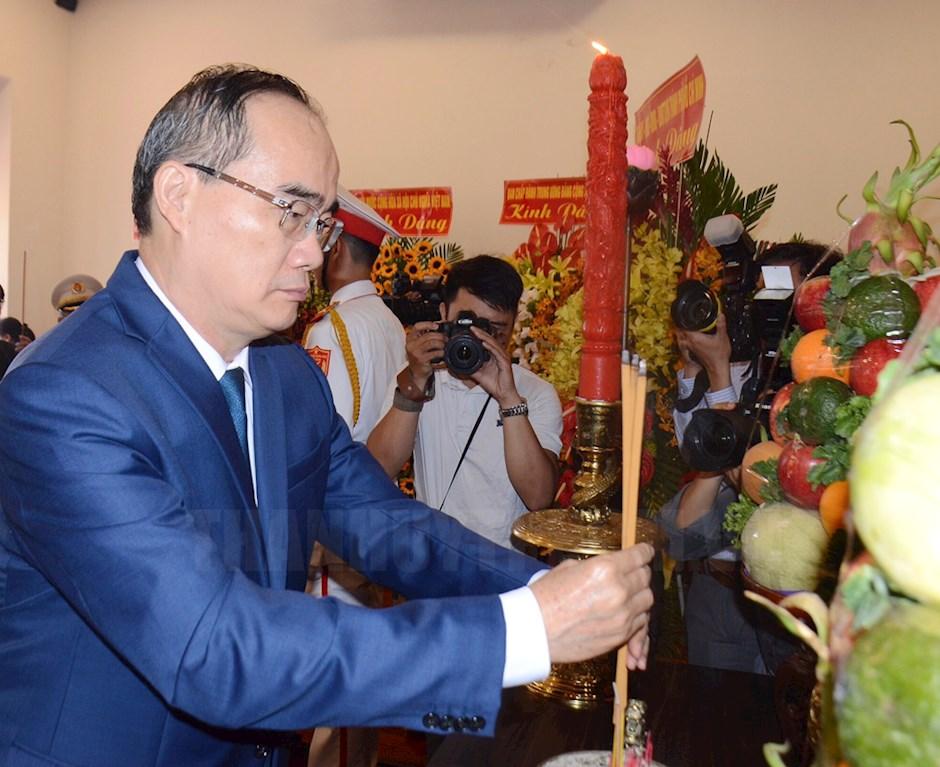 Bí thư Thành ủy TP Nguyễn Thiện Nhân thực hiện nghi thức dâng hương tưởng niệm Chủ tịch Hồ Chí Minh tại Bảo tàng Hồ Chí Minh – Chi nhánh TPHCM.