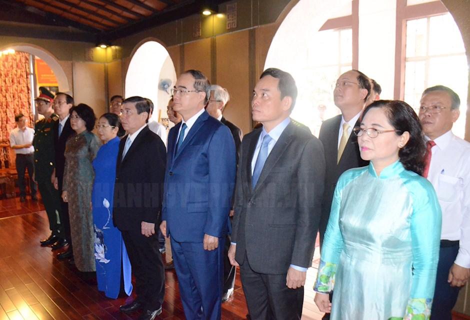 Các đại biểu thực hiện nghi thức dâng hoa tưởng niệm Chủ tịch Tôn Đức Thắng tại Bảo tàng Tôn Đức Thắng.