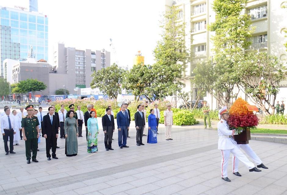 Lãnh đạo TPHCM dâng hoa tưởng niệm Chủ tịch Hồ Chí Minh tại Công viên Tượng đài Chủ tịch Hồ Chí Minh.