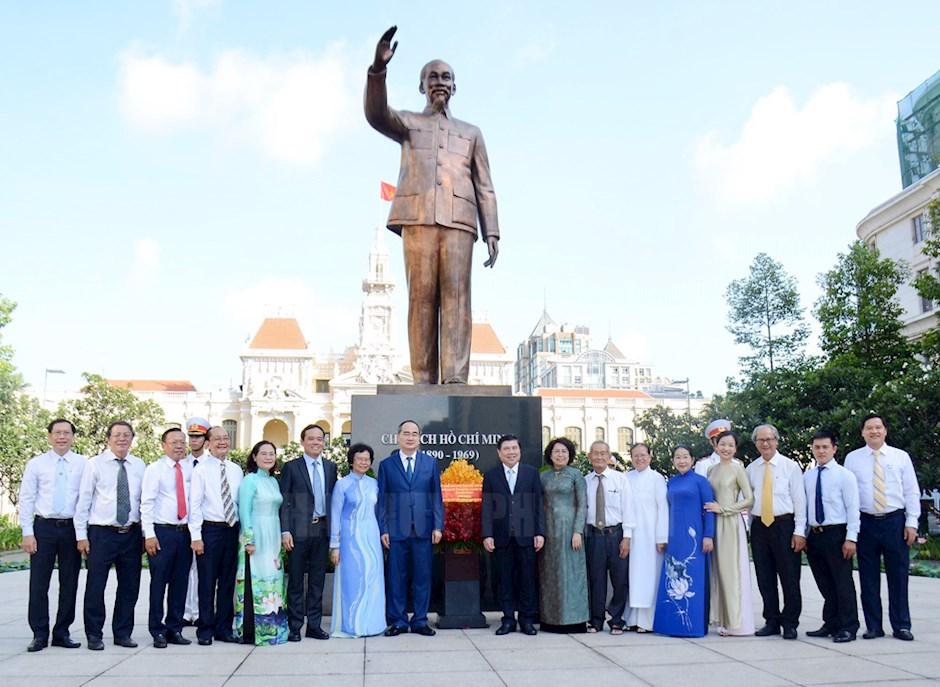 Lãnh đạo TP chụp ảnh lưu niệm với đoàn đại biểu Uỷ ban MTTQ Việt Nam TP tại Công viên Tượng đài Chủ tịch Hồ Chí Minh.